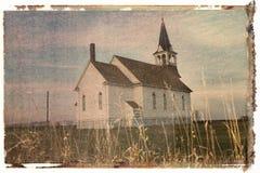 Polaroid- overdracht van landelijke kerk op gebied. stock afbeelding