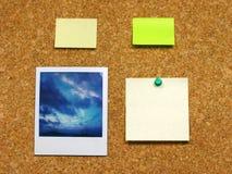 Polaroidcamera & post-it op corkboard Stock Foto's