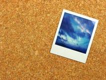 Polaroidcamera op corkboard stock afbeeldingen