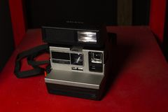 Polaroidcamera op de rode lijst royalty-vrije stock foto