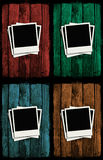 Polaroidcamera's over kleurrijke grunge houten muren Stock Illustratie