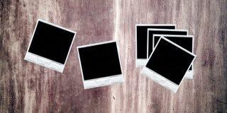 Polaroide über einer strukturierten Wand Stockbild