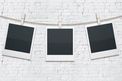 Polaroide auf weißem Ziegelstein Stockfotos
