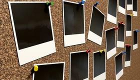 Polaroide festgesteckt auf Cork Bulletin Board Stockbilder
