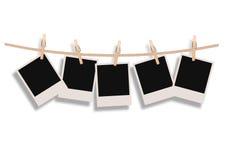 Polaroides que cuelgan en una cuerda Imagenes de archivo