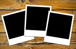 Polaroidfelder über hölzernen Vorständen Stockfoto