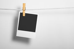 Polaroidfilm-Leerzeichen auf Seil Stockfoto