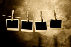 Polaroidfoto angehalten von Clothespins Stockbilder