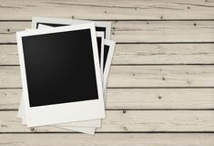 Polaroidfoto-Felder auf hölzernem Hintergrund Stockfotos
