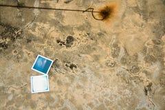 Polaroidfoto platziert auf dem Boden Stockfotografie