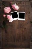 Polaroidfotorahmen auf Holz mit stieg Lizenzfreies Stockbild