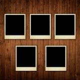 Polaroidfotos auf hölzerner Beschaffenheit Lizenzfreie Stockfotografie