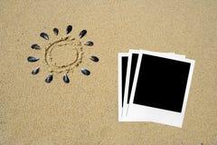 Polaroidfotos im Sand lizenzfreies stockbild