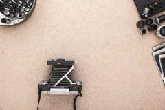 Polaroidkamera, Polaroide, Rolle von Filmen auf hölzerner Korkentabelle Fotografarbeitsplatz Ansicht von oben Stockfotografie
