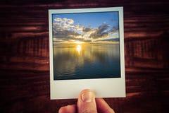 Polaroidpostkarte des goldenen Sonnenuntergangs über Wasser Nichts aber Himmel Stockfotos