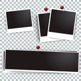 Polaroidrahmen des Fotos auf der Wand befestigt mit Stiften Rahmen und Sammlung des Retro- Bildes Glänzendes und glattes Schild u Stockfotos