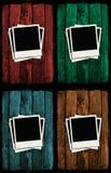 Polaroids sopra le pareti di legno del grunge variopinto Fotografia Stock
