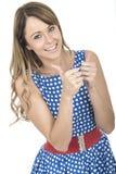 Polca azul vestindo feliz Dot Dress Thumbs Up da mulher Fotografia de Stock Royalty Free