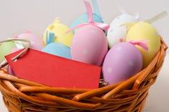 Polca Dot Easter Eggs en una cesta Foto de archivo