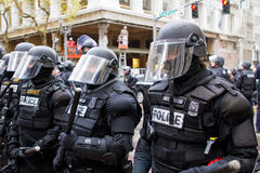 A polícia de Portland no equipamento anti-motim N17 protesta Imagens de Stock Royalty Free