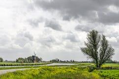 Polderlandskap med kanalen och väderkvarnen arkivfoton