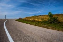 Pole żółta trawa Niebieskie niebo z bielem chmurnieje nad pustym asp Obrazy Royalty Free