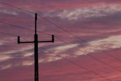 Pole elektriska solnedgångkablar Arkivfoto