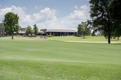 Pole golfowe i klub poza miastem Obrazy Royalty Free