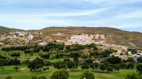 Pole golfowe między skalistymi górami obraz stock