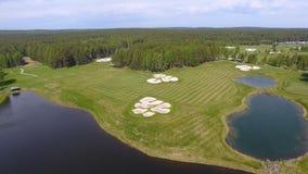 Pole golfowe na słonecznym dniu, znakomity kij golfowy z stawami i zielona trawa, widok od nieba Zdjęcia Royalty Free