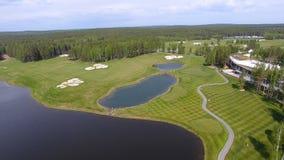 Pole golfowe na słonecznym dniu, znakomity kij golfowy z stawami i zielona trawa, widok od nieba Zdjęcia Stock