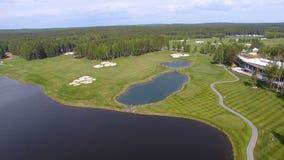 Pole golfowe na słonecznym dniu, znakomity kij golfowy z stawami i zielona trawa, widok od nieba Obrazy Royalty Free