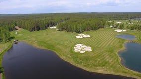Pole golfowe na słonecznym dniu, znakomity kij golfowy z stawami i zielona trawa, widok od nieba Zdjęcie Royalty Free