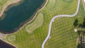 Pole golfowe na słonecznym dniu, znakomity kij golfowy z stawami i zielona trawa, widok od nieba Fotografia Royalty Free