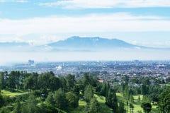 Pole golfowe z mglistym Bandung pejzażu miejskiego tłem zdjęcie stock