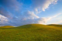 Pole golfowe z niebieskim niebem Obrazy Royalty Free
