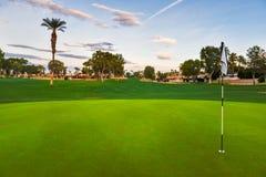 Pole golfowe zieleń z chorągwianym kijem Zdjęcie Royalty Free