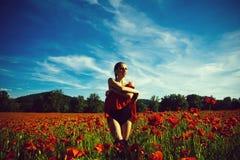 Pole makowy ziarno lato dziewczyna w kwiatu polu makowy ziarno Zdjęcia Royalty Free