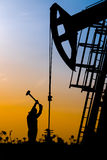 Pole naftowe nafciani pracownicy pracuje Fotografia Royalty Free