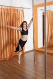 Pole-Tänzer im Flugwesen in der Luft Stockbild