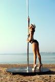 Pole-Tänzerfrau gegen Meer Stockfotografie