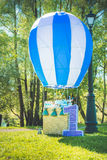 Pole trawa, postaci liczby jeden zabawki pobliski duży balon urodziny pierwszy rok życie Zdjęcie Stock