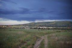 Pole z widokiem miasto i przedmieścia Obraz Stock