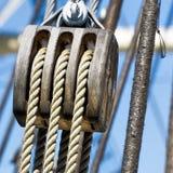 Polea con las cuerdas del cáñamo, como construcción de una polea triple para el aparejo de un velero Foto de archivo libre de regalías