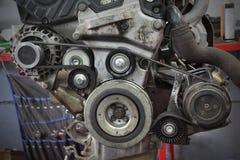 Polea de mantenimiento, correa y generador del coche moderno imagen de archivo libre de regalías