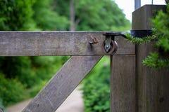 Polea en la puerta de la entrada del jardín Imagen de archivo