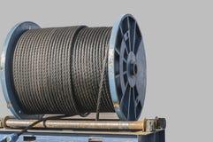 Polea enorme con los cables de acero fotos de archivo libres de regalías