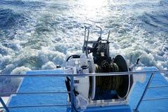 Polea y cuerda del torno del ancla del barco. Espuma de la colada del apoyo Fotografía de archivo