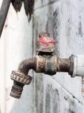 Polegada oxidada velha do tamanho 1/2 da torneira com gota da água sob ela no jardim fotos de stock royalty free