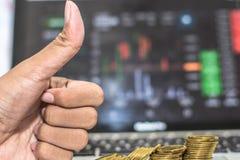 Polegar acima da mão e moeda com as mostras do monitor que trocam o tráfego, Bitcoin que minning imagens de stock